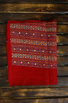 Intricately hand embroidered Kantha blouse fabrics in cotton & Silk for a distinguished look ! Hand Embroidery Videos, Hand Embroidery Flowers, Hand Embroidery Tutorial, Embroidery On Clothes, Hand Work Embroidery, Simple Embroidery Designs, Kurti Embroidery Design, Creative Embroidery, Hand Embroidery Patterns