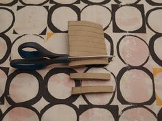 LUOVAKELLARI: Tyhjistä vessapaperirullista lampunvarjostin Cutting Board, Wall, Diy, Bricolage, Cutting Tables, Diys, Handyman Projects, Do It Yourself, Cutting Boards