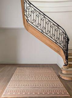 Mamy nadzieje, że spędzacie czas w domu w rodzinnej atmosferze, dlatego naszą propozycją na dzisiaj jest belgijski dywan Brilliant, składający się w 100% z wełny nowozelandzkiej, który zapewnie pełny komfort każdej podłogi 💛🧡❤️💜 #carpet #rug #design #home #house #dywan #wykładzina #poznan #polska Animal Print Rug, Stairs, Rugs, House, Home Decor, Farmhouse Rugs, Stairway, Decoration Home, Home
