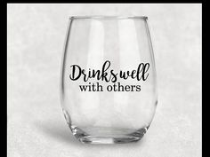 Drinks Well With Others Stemless Wine Glass Fun Wine Glasses, Glitter Glasses, Glitter Tumblers, Wine Glass Sayings, Wine Glass Crafts, Wine Tumblers, Custom Tumblers, Wine Bottles, Cricut Tutorials
