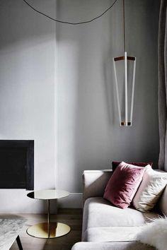 salon minimaliste, blanc, rose, or