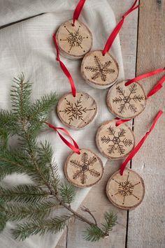 Des boules de Noël naturelles et pas chères à fabriquer à la maison (pyrogravure sur bois de bouleau)