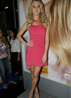 THE BLEND SHOP BRECHÓ!! Fiorella Mattheis linda com o vestido de tricot maravilhoso da Thelure!!! Tem um igualzinho esse, usado apenas uma vez, tamanho P lá no brechó da nossa loja!! Corre lá!!  http://www.theblendshop.com.br/the-blend-brecho/vestidos