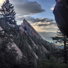 ❥ A summer evening with the Flatirons {Boulder}~ Thanks to on Insta for this scenic shot from the Royal Arch. Boulder Rock, Boulder Colorado, God Pictures, Summer Evening, Beautiful Scenery, Wild West, Bouldering, Grand Canyon, Arch