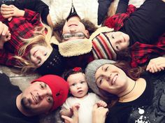 Love the hats on this Christmas Family Photo Idea!