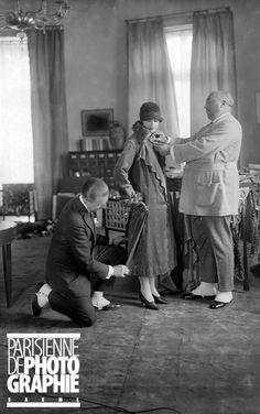 Paul Poiret (1879-1944), couturier français, lors d'un essayage avec son tailleur. Paris, octobre 1925 - Photo de Boris Lipnitzki