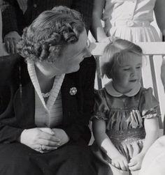 Prinses Marijke met haar Mamma Juliana (NL)