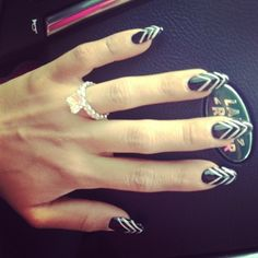 snooki nails to die for p.s love the wedding ring :) Snooki And Jwoww, Nicole Snooki, Dope Nail Designs, Nail Polish Designs, Nails Design, Round Nails, Oval Nails, Pointed Nails, Stiletto Nails