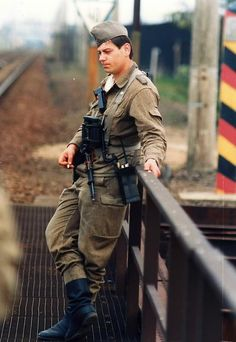 Guarding East German borders - pin by Paolo Marzioli Women In History, British History, African History, Ancient History, Warsaw Pact, Army Uniform, Military Uniforms, Military Weapons, German Uniforms
