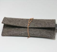 Stifte- oder Brillenetui aus Filz von tuchmacherin - diese Filzhülle schützt vor Kratzern und Stößen  Das Stiftemäppchen oder Brillenetui aus Filz von tuchmacherin wird mit einem Lederriemen...