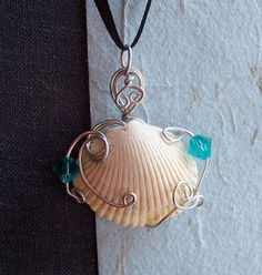 sea shells crafts ideas Pendant with sea shell from trips :) jewelry an craft ideas Wire Wrapped Jewelry, Wire Jewelry, Pendant Jewelry, Jewelry Crafts, Jewelery, Handmade Jewelry, Jewelry Ideas, Seashell Jewelry, Seashell Crafts