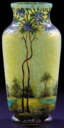 Verrerie LAMARTINE (1920-1930), vase en verre à décor floral gravé à l'acide et peints aux émaux polychromes. Hauteur : 22 cm.
