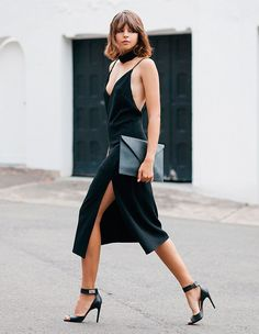Looks-para-balada-vestido-preto-recortes-street-style-maxi-clutch