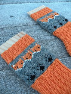 Revespor or Fox tracks socks are done and more sock yarn has left my stash :) The few hours of daylight we have now is so gloomy and blu. Knit Mittens, Knitting Socks, Crochet Quilt, Knit Crochet, Fox Socks, Fox Pattern, Crochet Woman, Sock Yarn, Animal Design