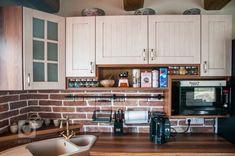 Rustikální kuchynězískávají opět na popularitě,jednu pro vás máme v kombinaci s cihlovým obkadem
