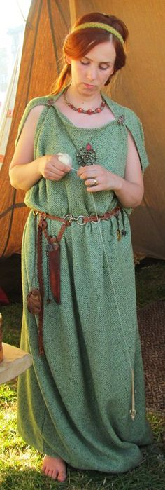 Iron Age Celtic Garb Note the use of the belt to hang things from Viking Garb, Viking Dress, Medieval Dress, Celtic Clothing, Medieval Clothing, Anglo Saxon Clothing, Iron Age, Historical Costume, Historical Clothing