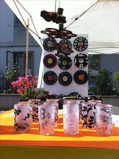 Riciclo dischi in vinile e vasi in vetro con decori adesivi.