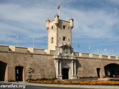 """Puertas de Tierra - Es uno de los monumentos más significativos de la ciudad que separa, en la actualidad, el Casco Antiguo (conocido popularmente como """"Cádiz"""" o """"Cádiz Cádiz"""") y la zona moderna (conocida popularmente como """"Puerta Tierra"""" o """"Extramuros"""") de la ciudad."""