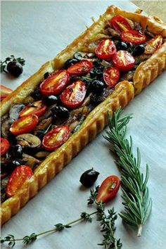 Pissaladière~ A French Tart with Caramelized Onions, Mushrooms & Tomatoes – Rezepte Mushroom Tomato Recipe, Tart Recipes, Cooking Recipes, Tarte Tartin, French Tart, French Food, Savory Tart, Savoury Pies, Arrows