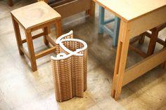 「いす」という文字の椅子。きっとMDFボードをレーザーカッターで切り取り、組み立てて作ったのだろう。