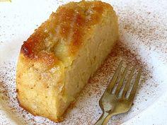 Ingredientes: – 150g de açúcar amarelo – 100g de farinha de trigo – 50g de margarina amolecida – 3 iogurtes naturais – 3 maçãs – 2 ovos – farinha e açúcar para polvilhar – margarina para untar – canela em pó para polvilhar Preparação: Bate-se todos os ingredientes, à excepção das maçãs. Rala-se aproximadamente duas …