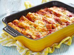 cannelloni fatti in casa, con un cremoso ripieno di patate e spinaci cotti in padella, ricoperti da un denso sughetto e una delicata besciamella.