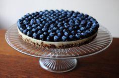 Raw Blueberry Cheesecake (vegan-use agave-, raw, gluten-free, refined sugar-free) Raw Vegan Desserts, Raw Vegan Recipes, Paleo Dessert, Organic Recipes, Delicious Desserts, Yummy Food, Vegan Food, Vegan Raw, Vegetarian Paleo