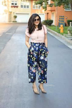 Floral Culottes and Shallot-colored bag! Casual Indian Fashion, Look Fashion, Casual Work Outfits, Classy Outfits, Stylish Dresses, Stylish Outfits, Capsule Wardrobe, Casual Frocks, Traje Casual