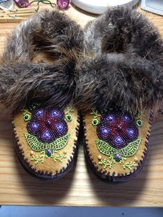 Beaded Slippers with Beaver Fur by Alaska Beadwork Indian Beadwork, Native Beadwork, Native American Beadwork, Native American Fashion, Beaded Shoes, Beaded Moccasins, Native American Moccasins, Diy Crafts To Do, Beadwork Designs