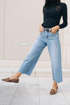 cropped denim and print flats Cropped Jeans Outfit, Jeans Outfit Winter, Moda Fashion, Big Fashion, Fashion Outfits, Fall Fashion, Fashion Trends, Wide Jeans, Cropped Wide Leg Jeans