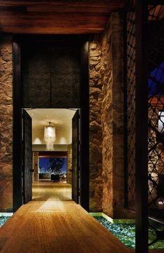 Puerta entrada-labrada de madera. Agua y luz a los lados