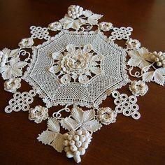 Romans z szydełkiem Filet Crochet, Irish Crochet Charts, Thread Crochet, Crochet Motif, Knit Crochet, Crochet Patterns, Crochet Curtains, Crochet Tablecloth, Crochet Leaves