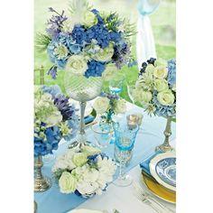 あなた色の、カラフルなウェディングテーブル。【BLUE PERIOD】ブルーは6月の花嫁を永遠に美しく印象づける。バラやあじさいを中心に、ブルーからパープルへのグラデーションで仕上げたフラワーアレンジメントは、式場を大人っぽく洗練された雰囲気に。