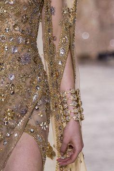 Details from Elie Saab Haute Couture Spring/Summer Paris Fashion Week. Elie Saab Couture, Dior Couture, Couture Dresses, Elie Saab Spring, Couture Details, Fashion Details, Fashion Design, Runway Fashion, High Fashion