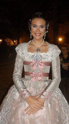Indumentaria valenciana Historical Women, Historical Clothing, Baroque Fashion, Vintage Fashion, Costumes Around The World, 18th Century Dress, Victorian Gown, Period Outfit, Traditional Dresses