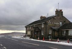 The Cat & Fiddle: the highest pub in England, situated between Buxton & Macclesfield in the heart of the Derbyshire Dales and High Peak. British Pub, British Isles, British Countryside, Old Farm Houses, Peak District, Places Of Interest, Derbyshire, England Uk, Britain
