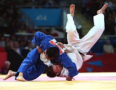 五輪・柔道 男子66キロ級の海老沼匡(左)は3位決定戦でパベウ・ザグロドニク(ポーランド)に一本勝ちし、銅メダルを獲得した