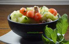 Le concombre et la pastèque, à forte teneur en eau et faibles en calorie, se complètent parfaitement en goût. Une délicieuse salade fraîcheur pour faire venir l'été. Calories, Fruit Salad, Feta, Serving Bowls, Tableware, Kitchen, Strawberry Fruit, Nice Salad, Fruit Salads