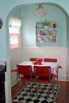 Copa retrô pequenininha mas charmosa! Cores, padrão de piso e cortina envolvem bem os utensílios e móveis antigos.