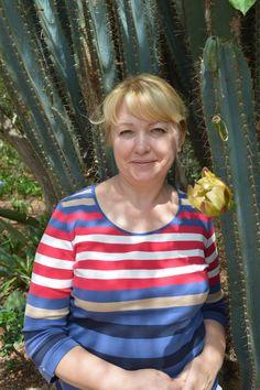 это я рядом с кактусом, точнее с деревом кактуса высотой метров 6-8 🌵. Во второй раз увидела кактусы - деревья (первый раз было на Терерифе). А это чудо в ЮАР не так давно. Самое интересное в этом чуде - дереве - это его цветение. Цветет он очень короткое время в году, да и то по ночам. А поскольку жили мы в горах и это самый юг Африки, то там рано начинает темнеть и очень темно🎇. Поэтому рано утром к нему бегали по очереди на фото сессию ребята из нашей группы. Я то же! 🙉. Здесь на фото…