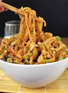 Bowls (Video) - Iowa Girl Eats - Food -Potsticker Noodle Bowls (Video) - Iowa Girl Eats - Food - Potsticker Noodles Bowls are a gluten-free take out fake out recipe that tastes just like potstickers! Prep and cook in under 30 minutes. Healthy Meals, Healthy Eating, Healthy Recipes, Cheap Recipes, Dinner Healthy, Avocado Recipes, Pasta Dishes, Food Dishes, Egg Noodle Dishes