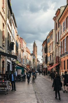 Funny, how difficult it is to write about a city, where you lived. This guide from insiders will tell you about the best things to see or do in Toulouse. Auckland, Place Du Capitole, Ville Rose, Autumn Walks, Top Travel Destinations, Travel Tips, Travel Ideas, South Of France, Adventure Awaits