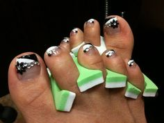 Daisy in black n white toes