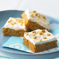 BHGs Newest Recipes:Nutty Carrot Cake Bars Recipe---Loaded with carrot, nuts, and pumpkin pie spice and slathered with a velvety cream cheese frosting, these bars are sure to become a family favorite. Low Sugar Desserts, Low Calorie Desserts, Köstliche Desserts, Delicious Desserts, Dessert Recipes, Diabetic Cake Recipes, Diabetic Friendly Desserts, Sugar Free Recipes, Low Carb Recipes