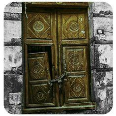 البلد/ احد ابواب جدة القديمة  . . لاتحكموا علی البيوت من ابوابها ،،! فخلف الابواب القديمة ارواح من ذهب لايفهمها الا الرائعون .