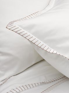 Bij de Rybina verwerkte Slabbinck en gestileerde visgraat als motief. Door de perfect symmetrische helften ontstaat een strakke en speelse tekening die zorgt voor een tijdloze elegantie van uw dekbedovertrek en kussenslopen.  #mirabelslabbinck #slabbinck #rybina #slaapkamer Linen Bedding, Linen Fabric, Duvet Covers Urban Outfitters, Contemporary Cushions, Bed Cover Sets, Luxury Bed Sheets, Egyptian Cotton Sheets, Linens And More, Bed Sheet Sets
