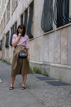 Sommer Outfit mit Wickelrock und gestreifter Bluse in Rosa. Kombiniert mit Hermès Oran Sandalen und Louis Vuitton Twist Bag zu einem Street Style aus Berlin.
