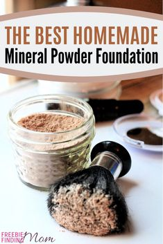 Homemade mineral makeup recipes, like this foundation, are a great way to save money, get the perfect shade, & avoid harsh ingredients. All Natural Makeup, Natural Beauty Tips, Diy Beauty, Beauty Hacks, Natural Skin, Essential Oil Bug Spray, My Essential Oils, Mason Jar Breakfast, Diy Gifts For Friends