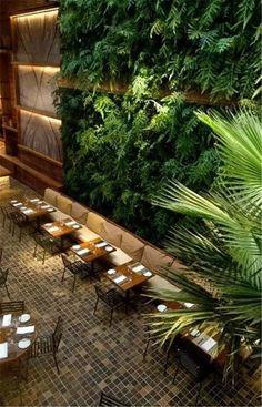 Restaurante con jardín vertical