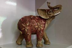 Elefantes indianos em gesso trabalhado, pintados à mão.    Dimensões:  20cm x 25cm    (Valores unitários - vendidos separadamente)